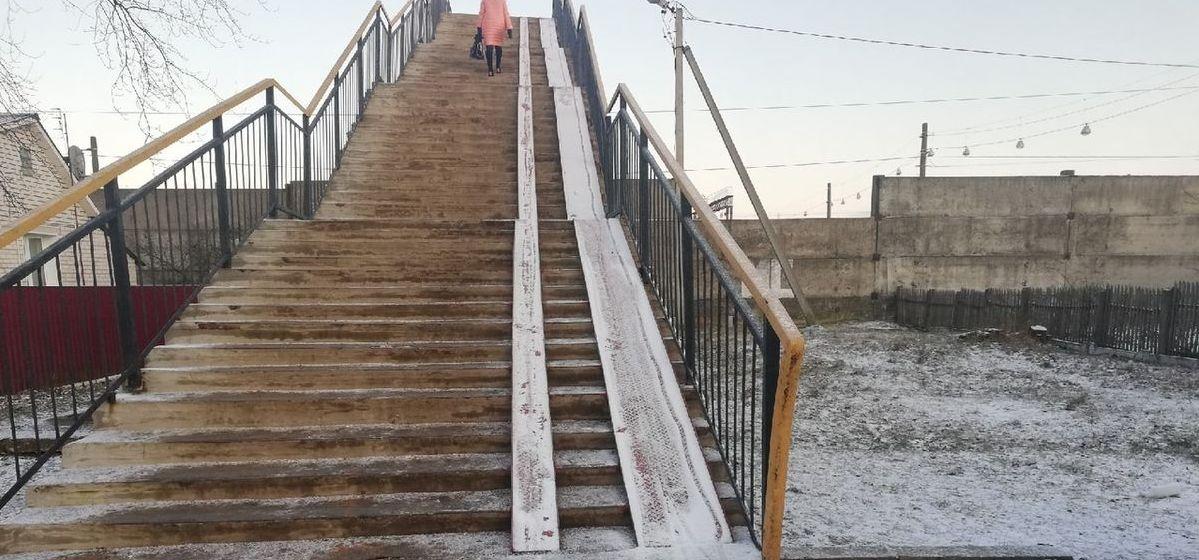 Устанавливают пандус на пешеходном мосту у вокзала «Барановичи-Центральные». Фото