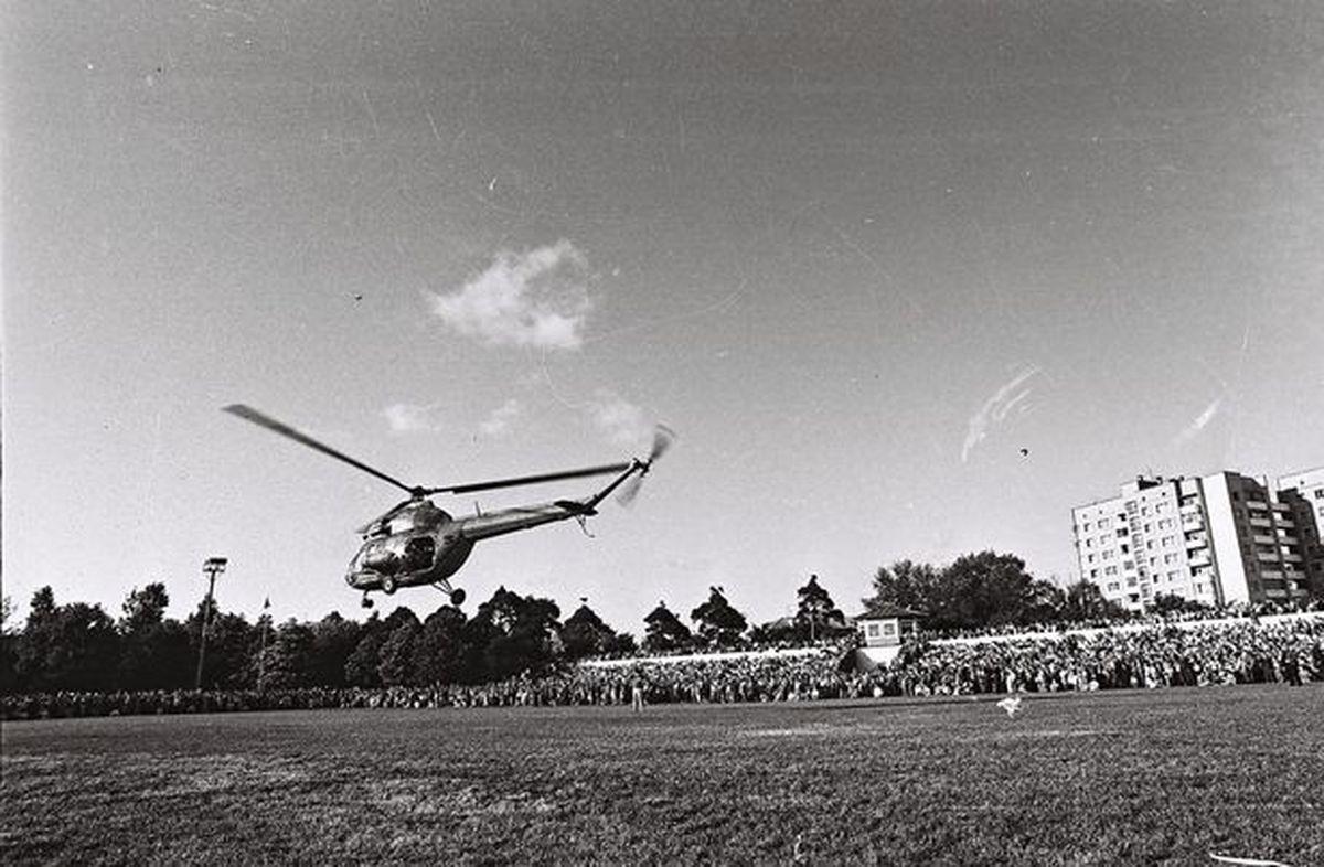 Аэрошоу на стадионе Локомотив во время праздника Барановичская весна-96. Фото: Кашко М.В. из фондов Барановичского краеведческого музея