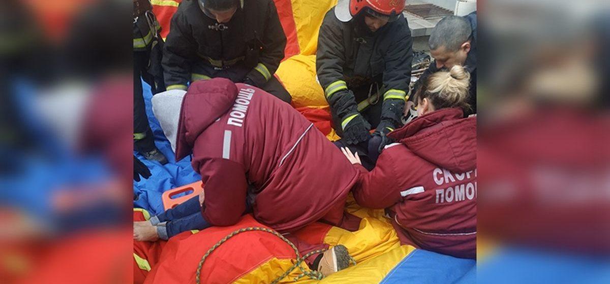 В Минске женщина выпрыгнула из окна 8-го этажа. Ее спас «куб жизни»