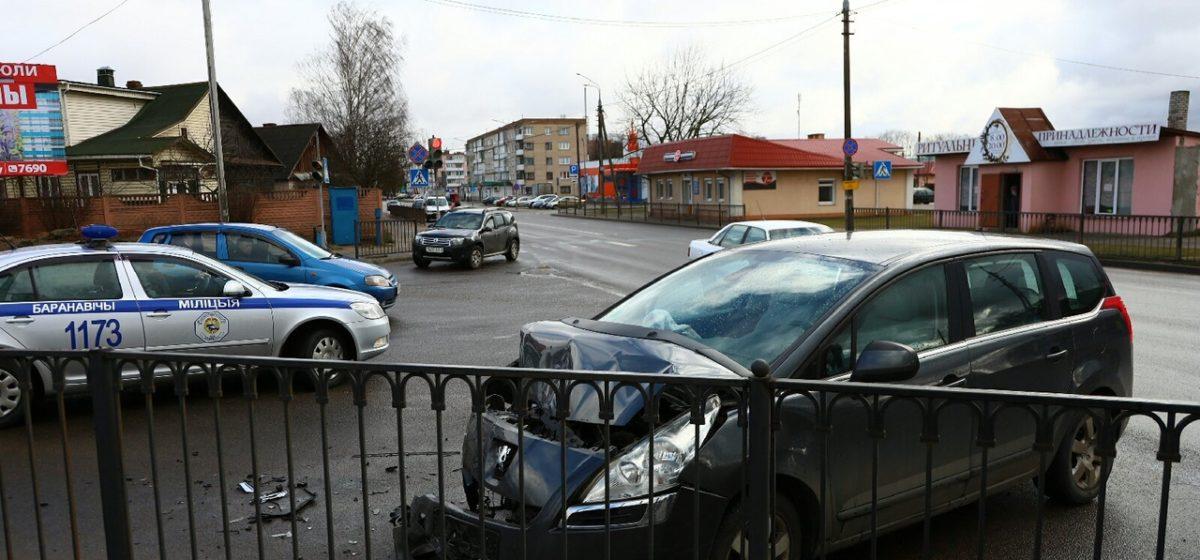 Lexus и Peugeot столкнулись в Барановичах