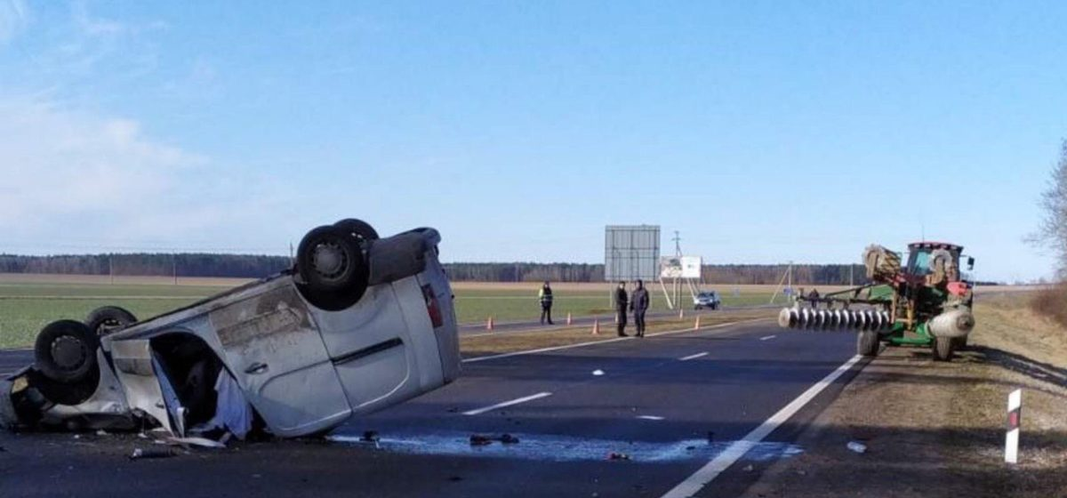 Легковушка «догнала» трактор. 23-летний пассажир погиб. Видео