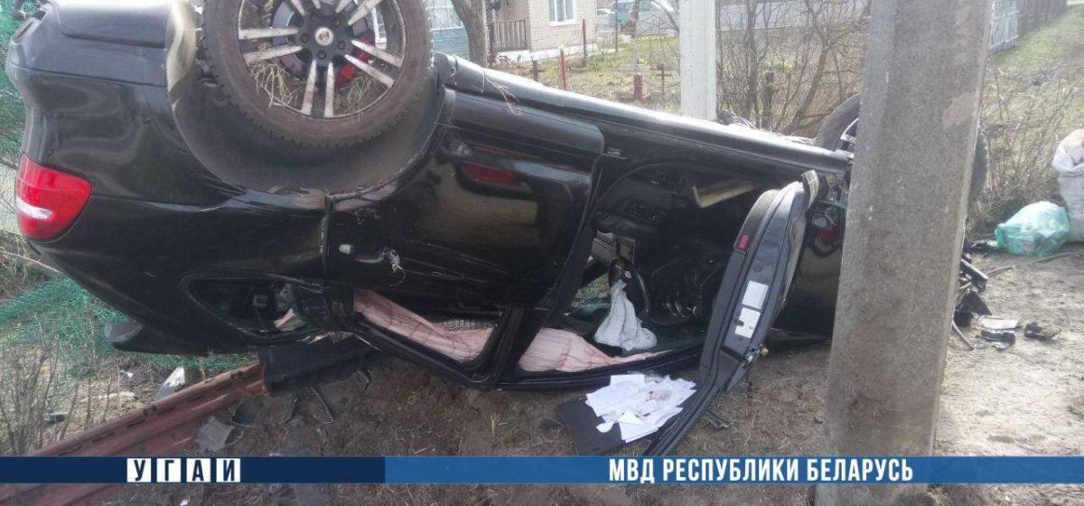 В Кобрине Porsche врезался в автобус, снес забор и въехал в столб: водитель погиб. Видео