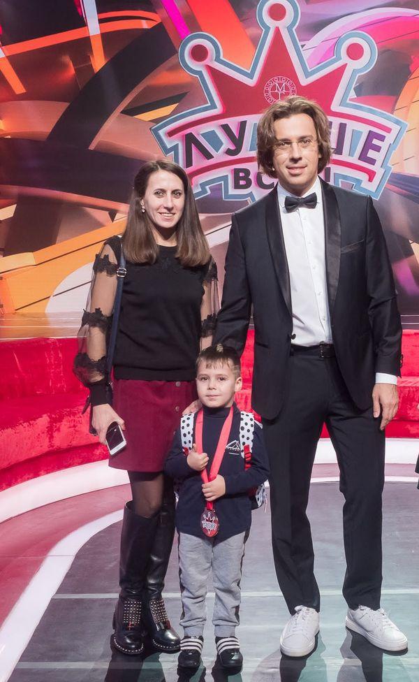 Егор Кругляков, его мама Екатерина и Максим Галкин на съемках шоу