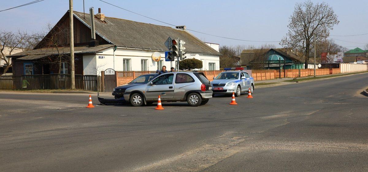 «Вылетел из-за автобуса». Два Опеля столкнулись на перекрестке в Барановичах