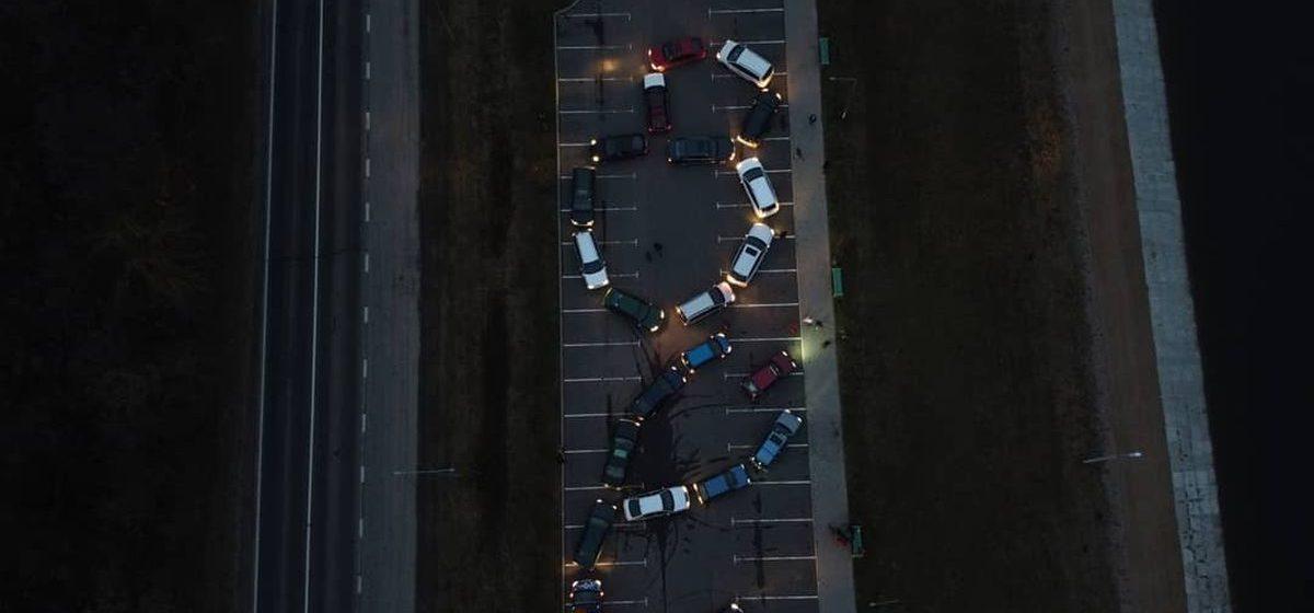 Барановичские автомобилисты организовали флешмоб на 8 марта. Видеофакт