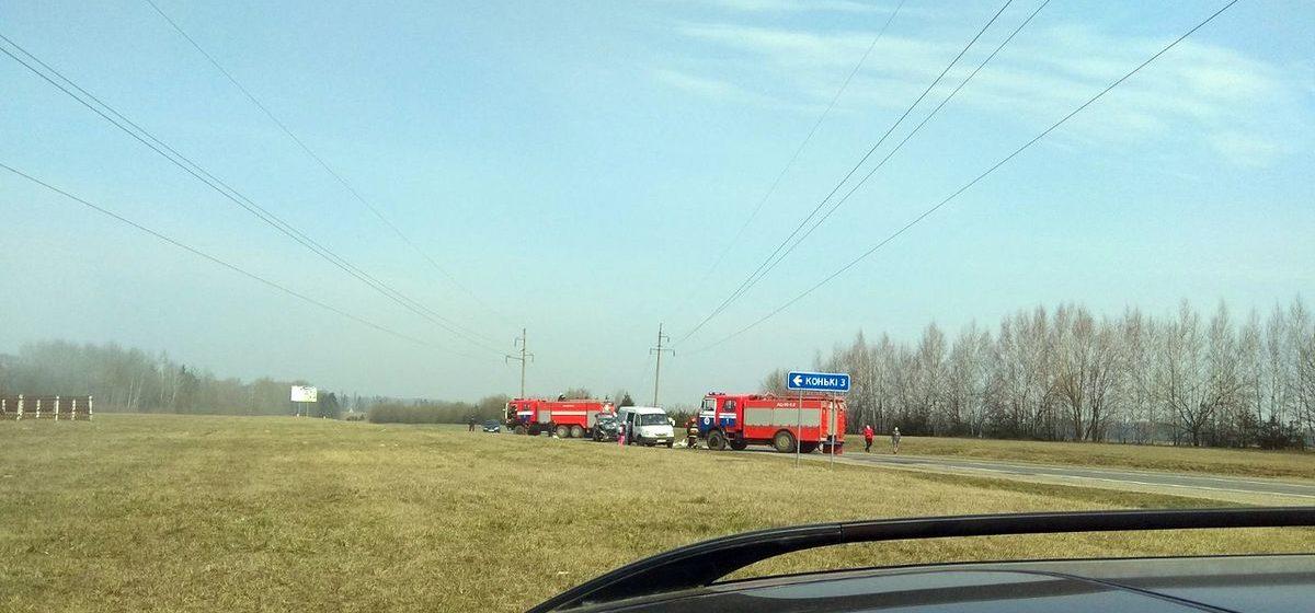 В Ляховичском районе столкнулись два автомобиля – один загорелся. Фотофакт