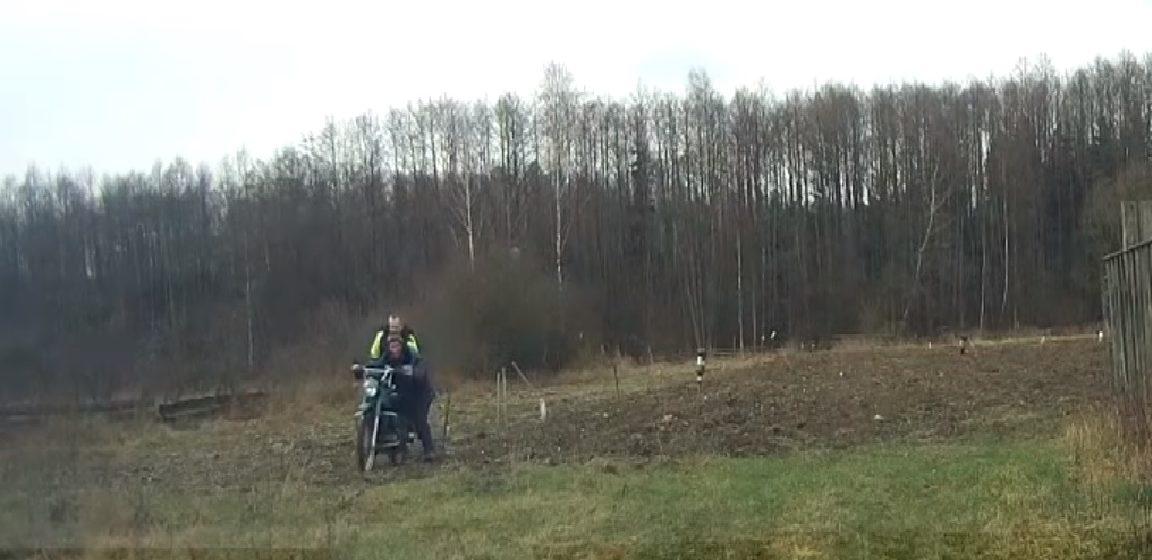 Мотоциклист после погони хотел убежать в лес в Свислочском районе, но инспектор его догнал. Видеофакт