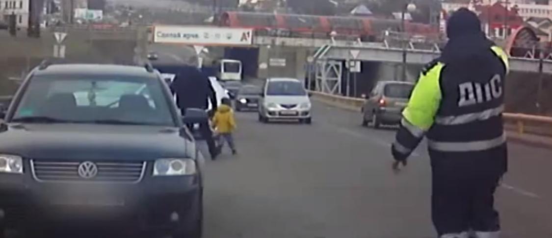 В Гродно на дорогу внезапно выбежал ребенок. Посмотрите на реакцию сотрудника ГАИ