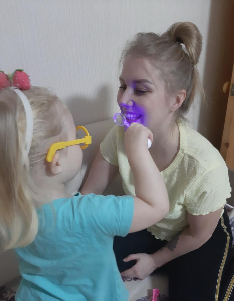 Кира любит играть в доктора. Она с удовольствием «осматривает» маму, а мама в это время отдыхает от домашних дел.  Фото: архив анны Романовой-Колосовской