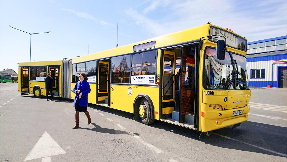 Так выглядит первый автобус в Барановичах, где можно оплатить проезд по QR-коду. Фото: Людмила СТЕЦКО