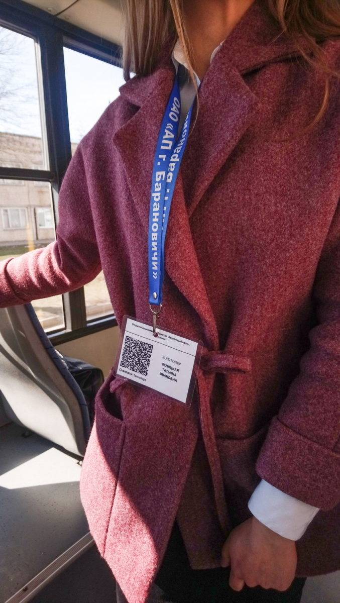 С помощью таких бэджей контролеры будут проверять электронные билеты в городских автобусах в Барановичах. Фото: Людмила СТЕЦКО