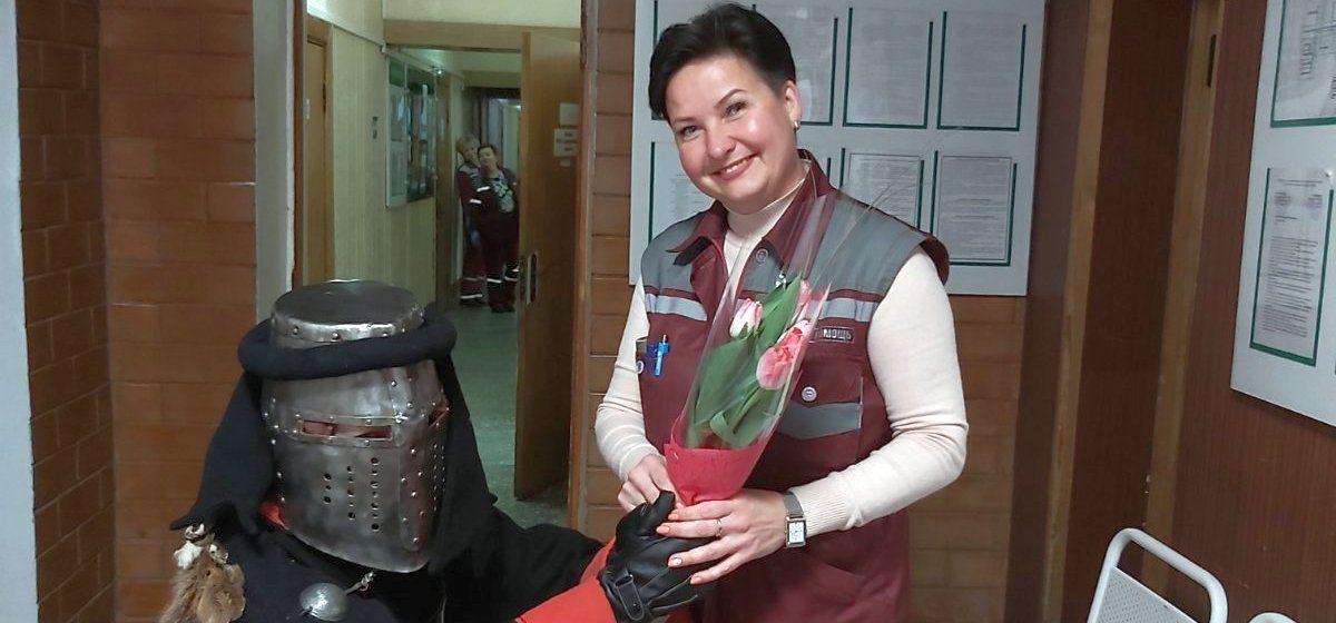 Каким необычным способом поздравили женщин на станции Скорой помощи в Барановичах. Фотофакт