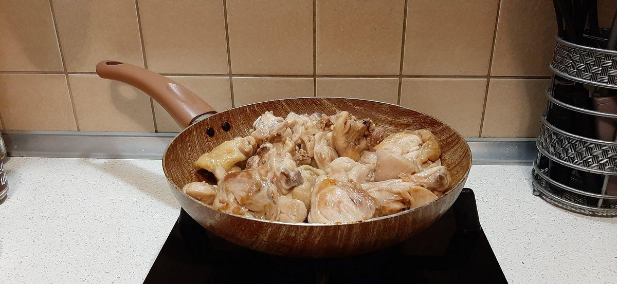 Обжариваем порезанные на кусочки куриные бедра до золотистой корочки. Фото: Анна РОМАНОВА-КОЛОСОВСКАЯ