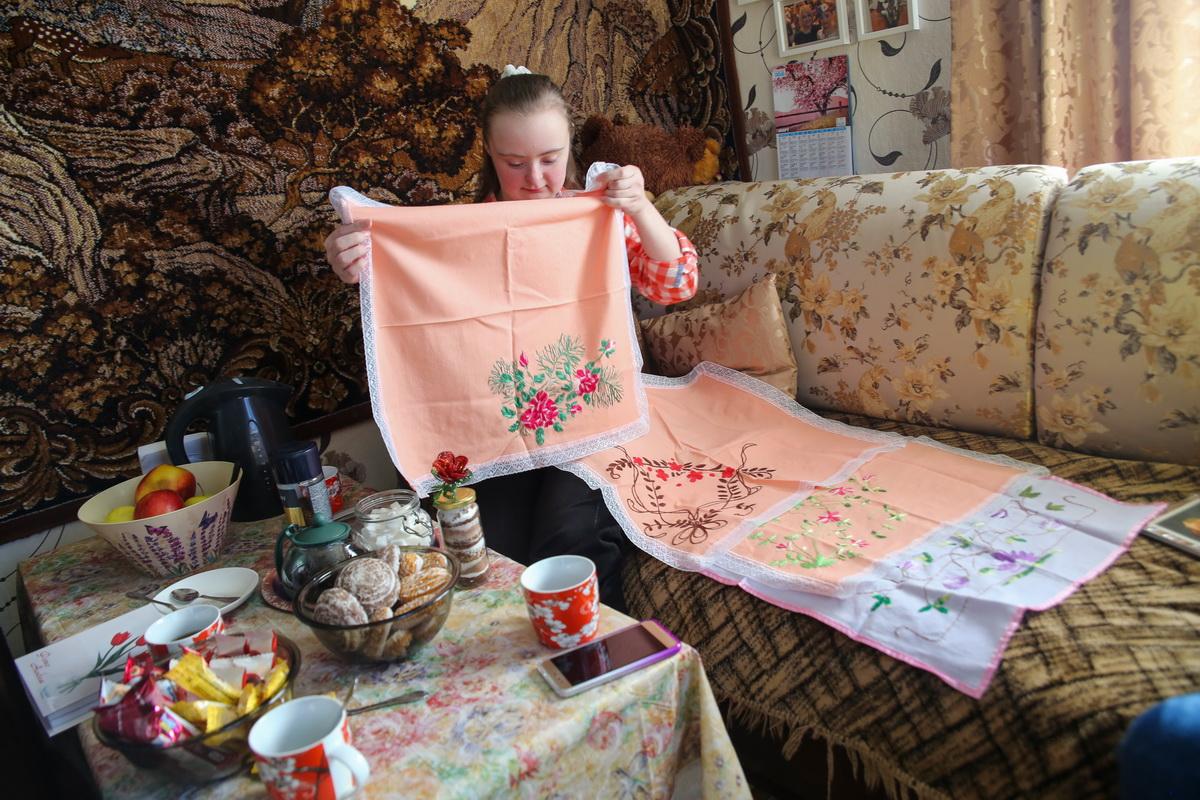 Таня увлекается вышиванием и создает красивые и необычные изделия. Фото: Андрей БОЛКО