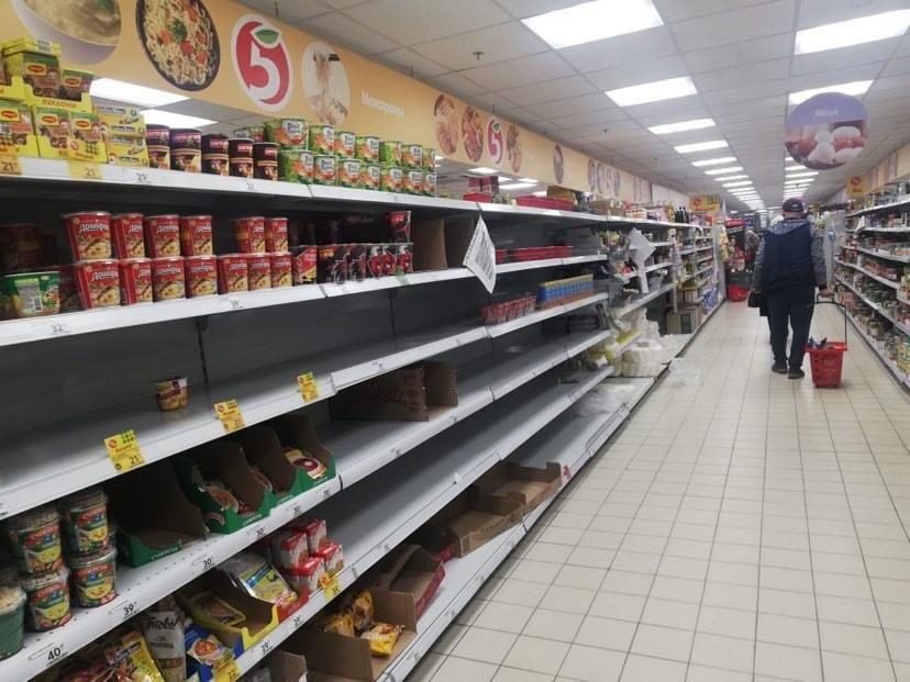 В крупных торговых центрах Москвы люди периодически  скупают продукты в связи с пандемией коронавируса в мире.  Фото: Архив Екатерины ДЕВГУТЬ