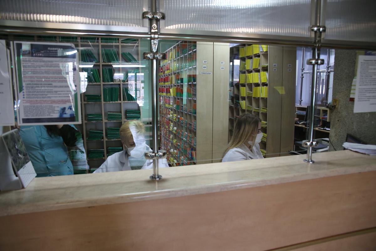 В медучреждениях города действует масочный режим.  Фото: Андрей БОЛКО