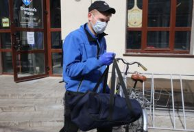 Маски, дезсредства и «закладки». Как изменилась работа сервисов доставки еды в Барановичах из-за коронавируса