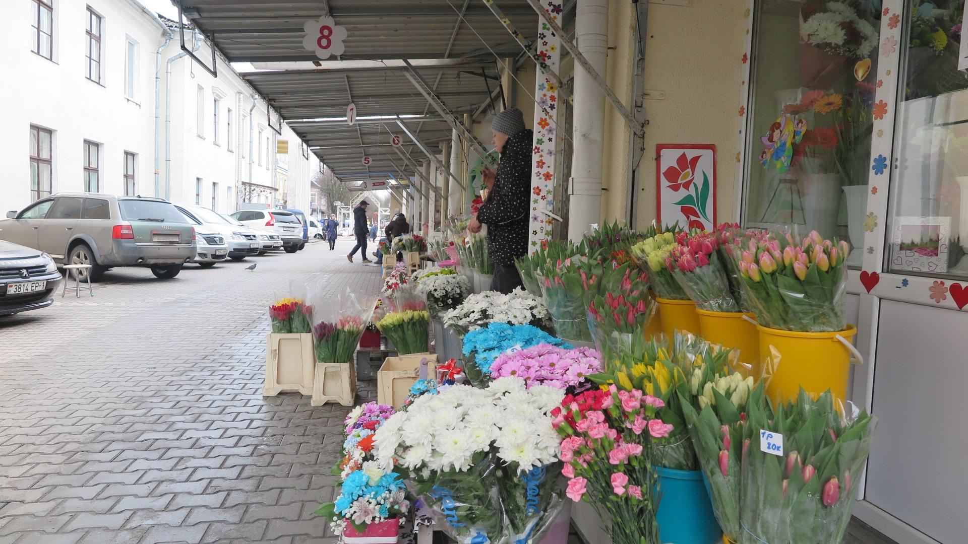 """Цветочные ряды возле Дома торговли """"Радуга"""". Фото: Ирина КОМИК"""