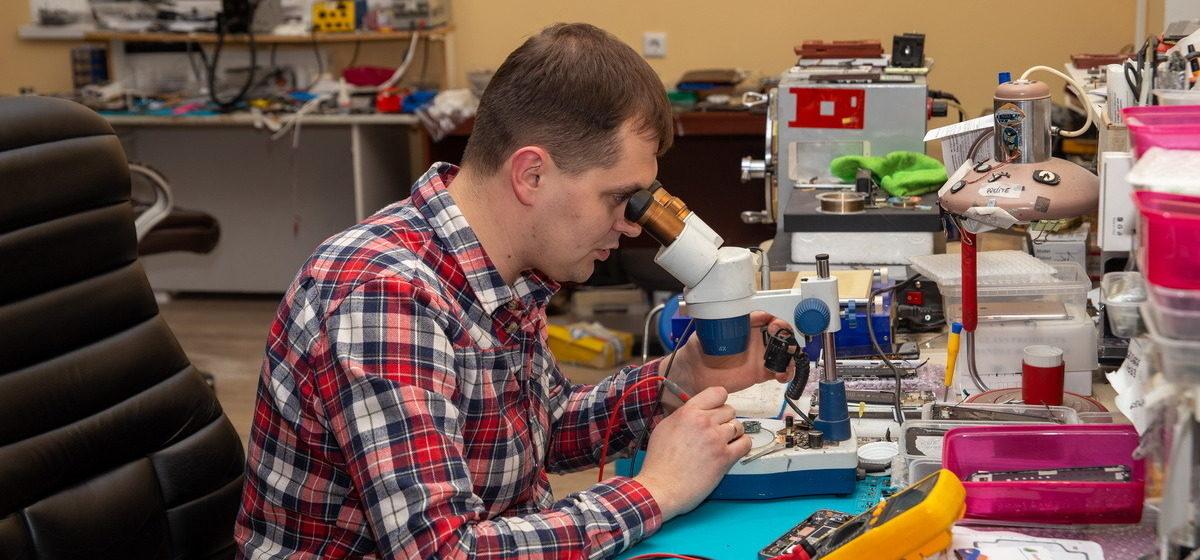 «Готовы алюминиевыми вилками есть, лишь бы с «айфонами» ходить». Владелец ремонтной мастерской – о телефонах, клиентах и «мастерах с youtube»