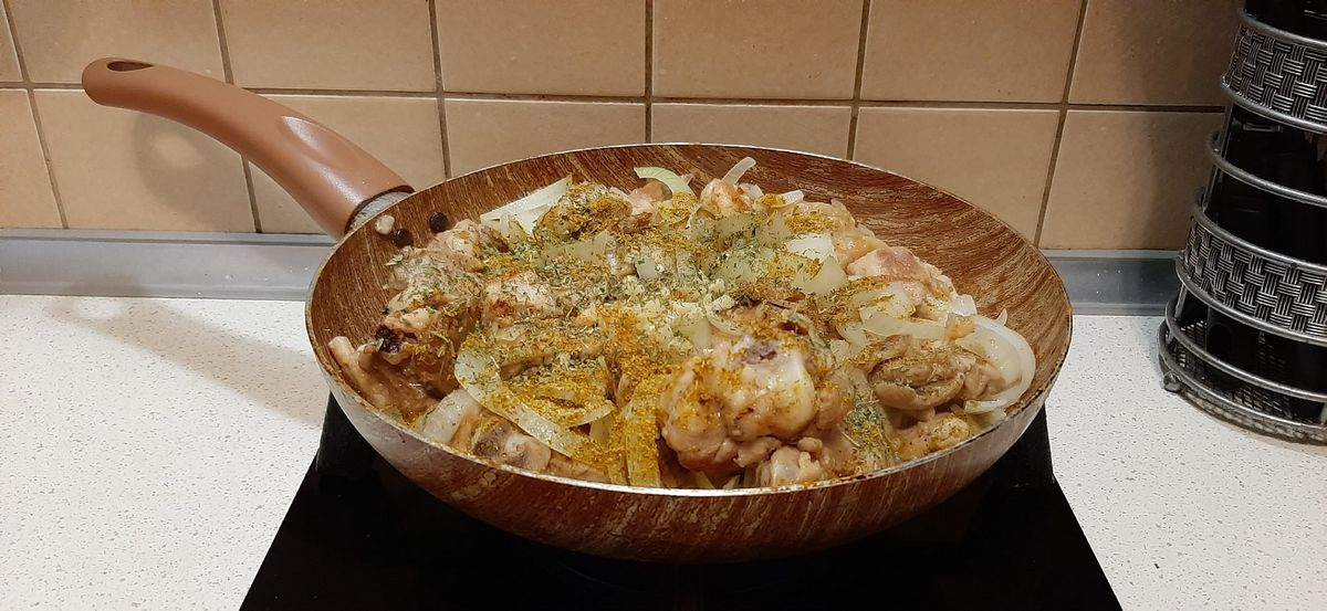 Добавляем к мясу лук, чеснок, зелень, хмели-сунели, перец и соль. Фото: Анна РОМАНОВА-КОЛОСОВСКАЯ