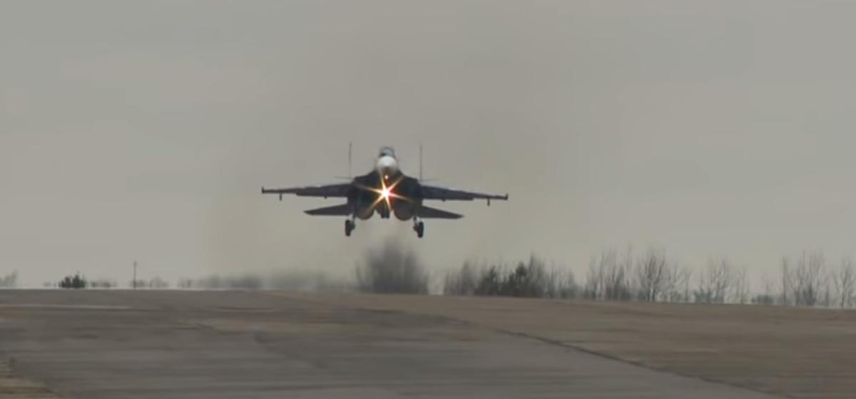 Уникальное видео полетов барановичских пилотов на совершенных истребителях Су-30СМ
