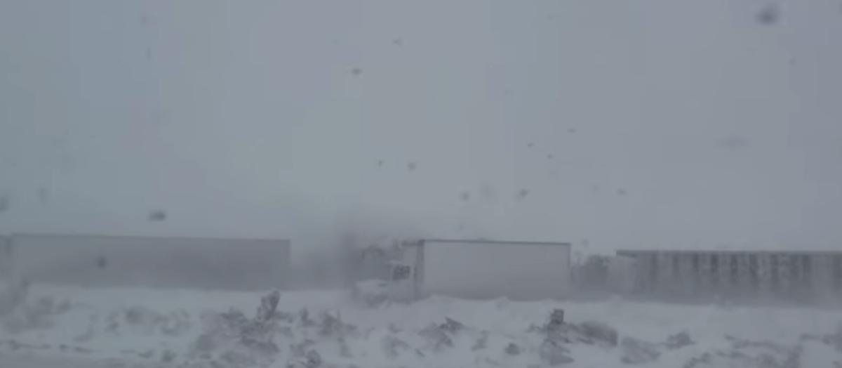 В США 70 грузовиков столкнулись на трассе из-за плохой погоды. Вот как это было