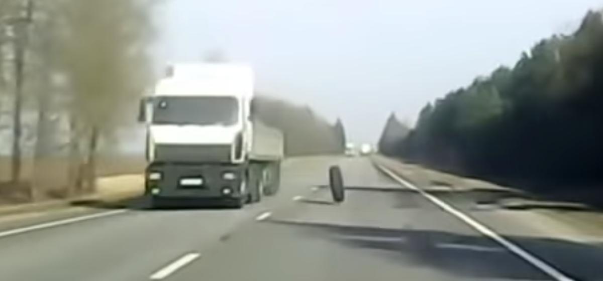 У фуры отвалилось колесо и влетело в легковушку на трассе в Могилевской области. Видео