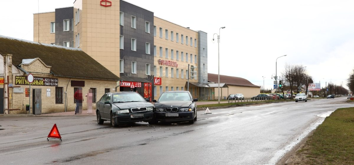 BMW и Skoda столкнулись в Барановичах. У каждого из водителей своя версия произошедшего