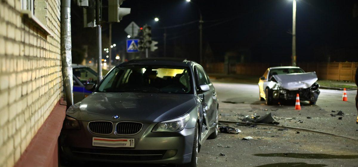 Один из автомобилей влетел в многоэтажный дом в результате ДТП в Барановичах