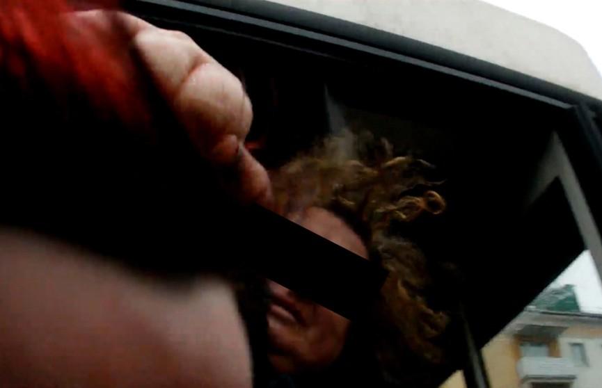 Появилось видео, как в Барановичах безбилетница схватила за волосы и избила контролера