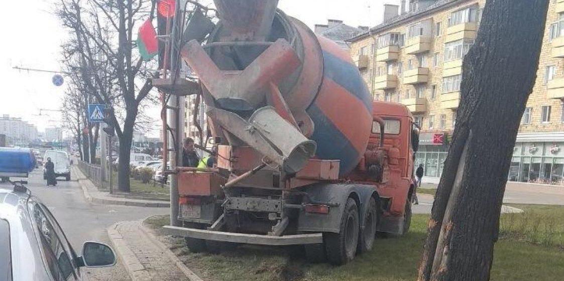 Бетономешалка в Минске влетела в легковушку, в которой находились четверо детей
