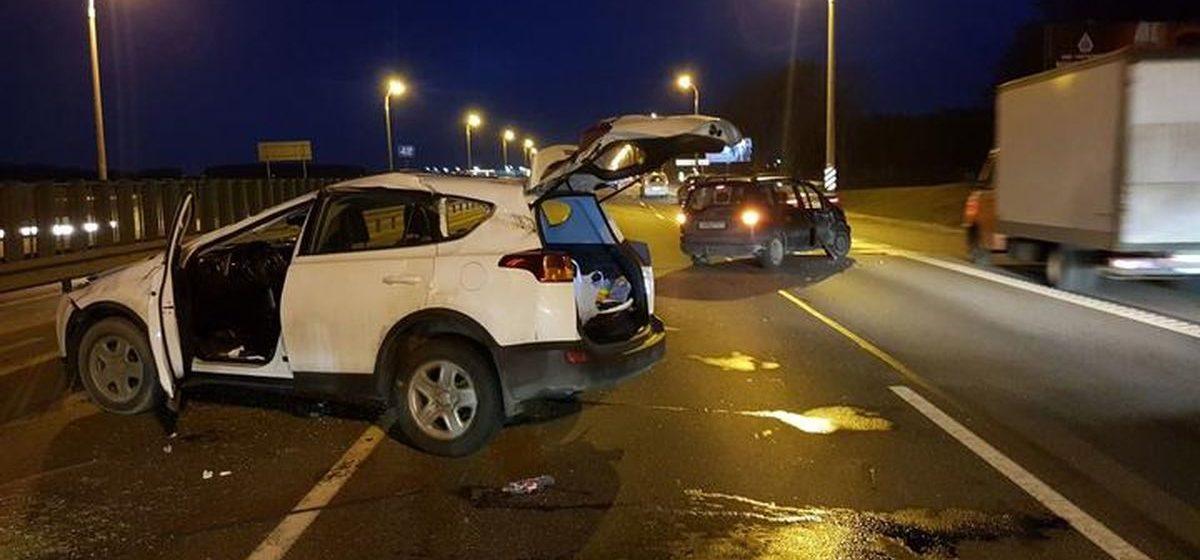 Отлетевшее от фуры колесо на МКАД — форс-мажор: две машины разбиты, а страховки не будет?