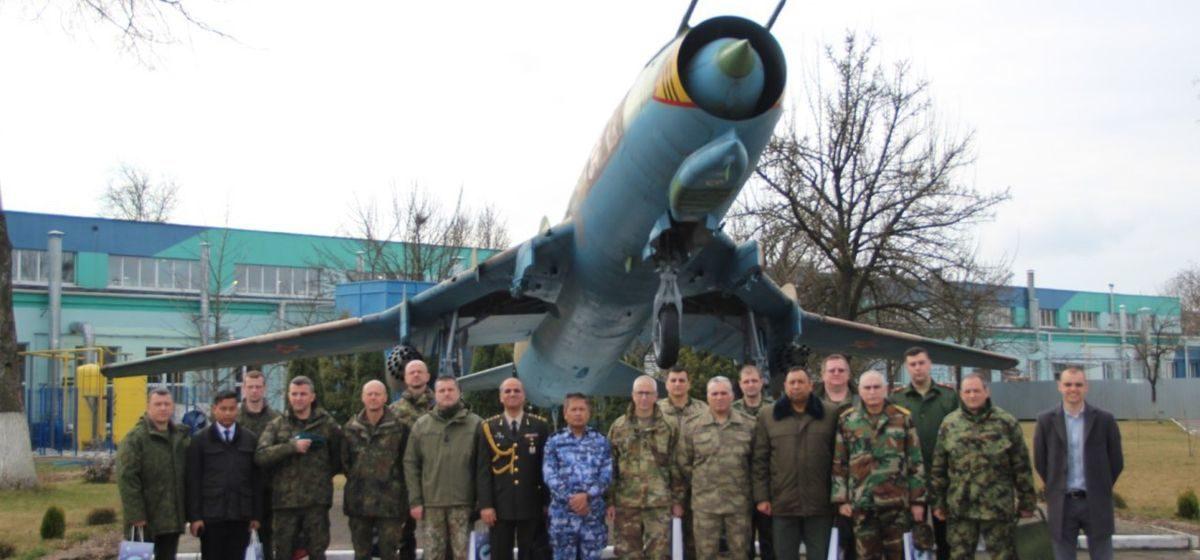 Зарубежные военные дипломаты посетили 558 Авиаремонтный завод в Барановичах
