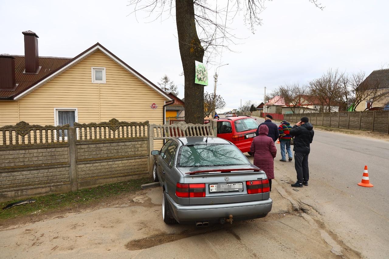 Один автомобиль пробил забор, а другой влетел во двор дома в результате ДТП в Барановичах