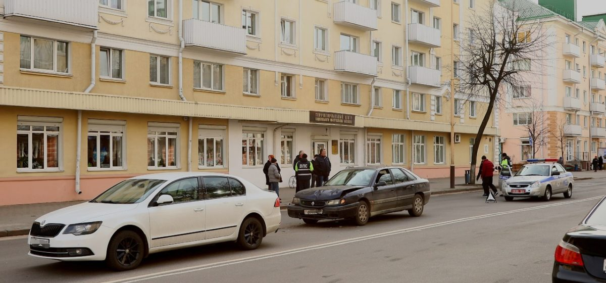 «Рено» въехал в «Шкоду» в Барановичах. Фотофакт