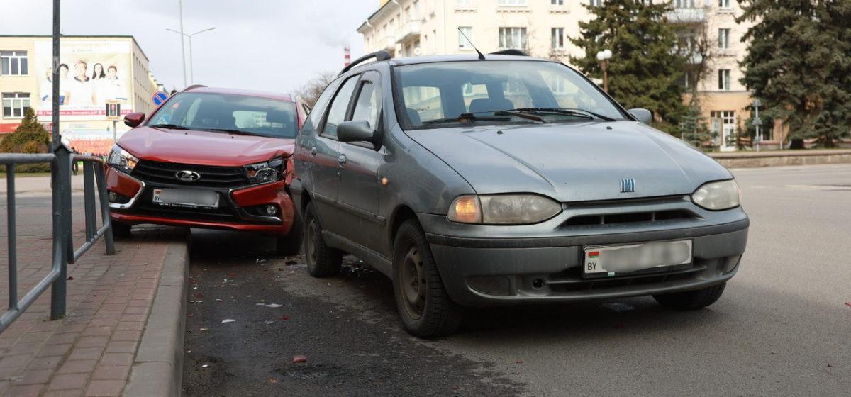 «Нога соскочила с педали тормоза на газ». В Барановичах автомобиль залетел на бордюр и врезался во впереди стоящую машину