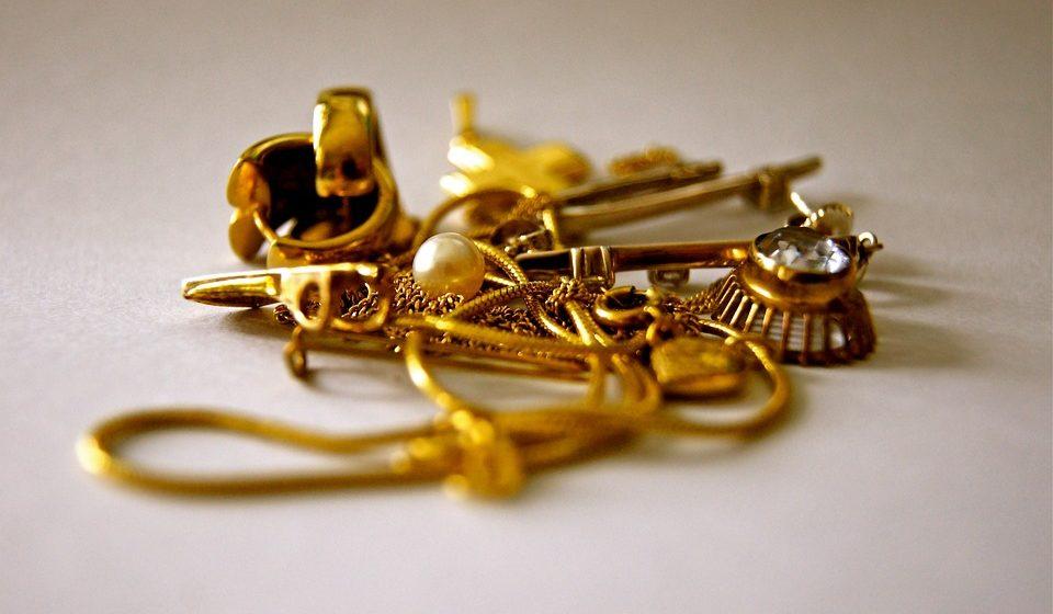 Жительница Барановичей взяла примерить чужие золотые украшения и ушла