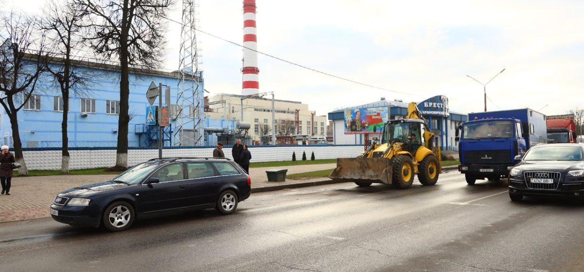 Экскаватор-погрузчик и «Ауди» столкнулись в Барановичах