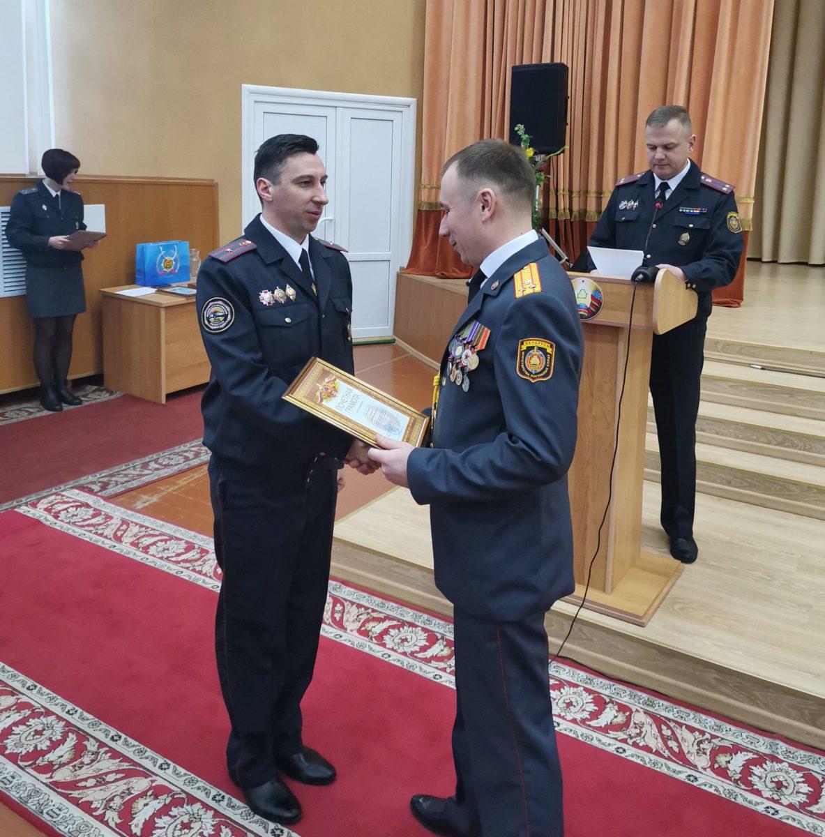 Владимир Максимчик вручает награду своему подчиненному. Фото: Барановичский ГОВД