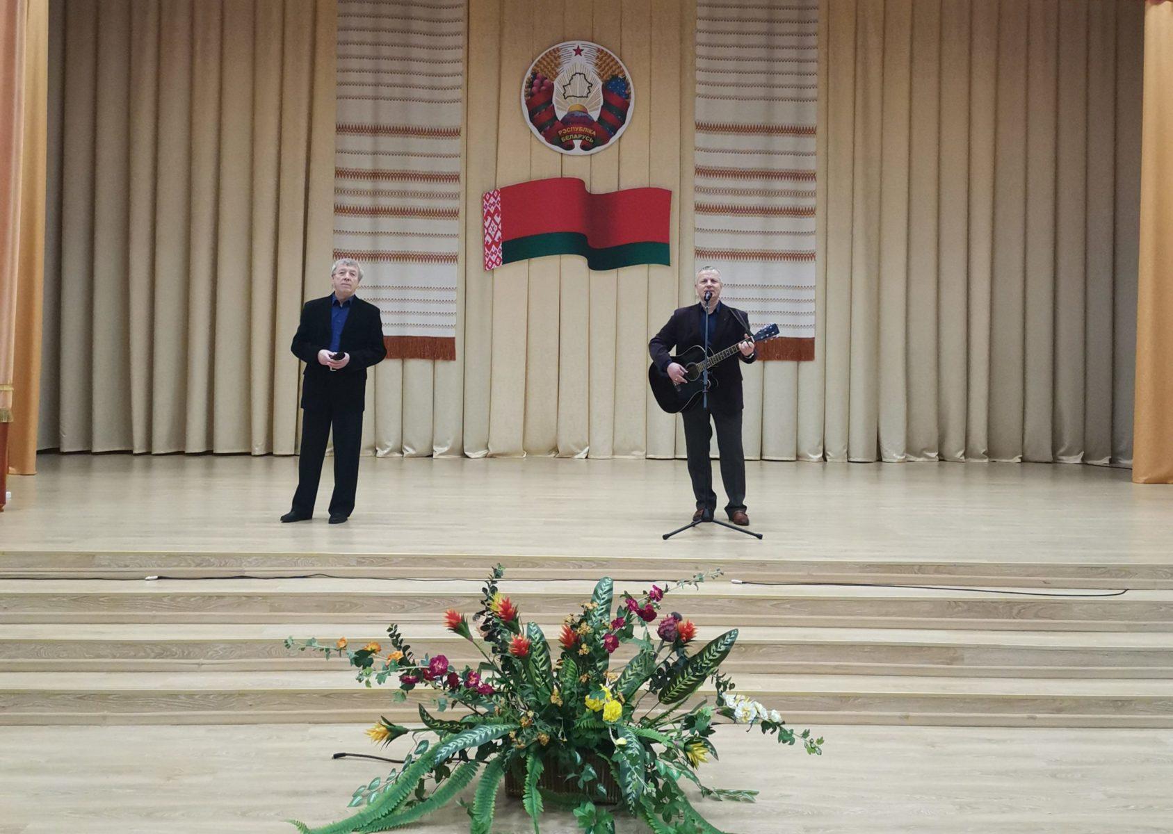 Ветераны милиции поздравляют коллег песней. Фото: Барановичий ГОВД