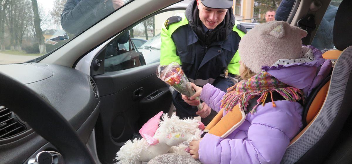 Как сотрудники ГАИ поздравляли с 8 Марта женщин-водителей в Барановичах