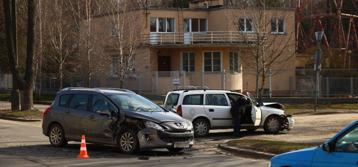 «Из-за яркого солнца не увидел машину». Два автомобиля столкнулись в Барановичах