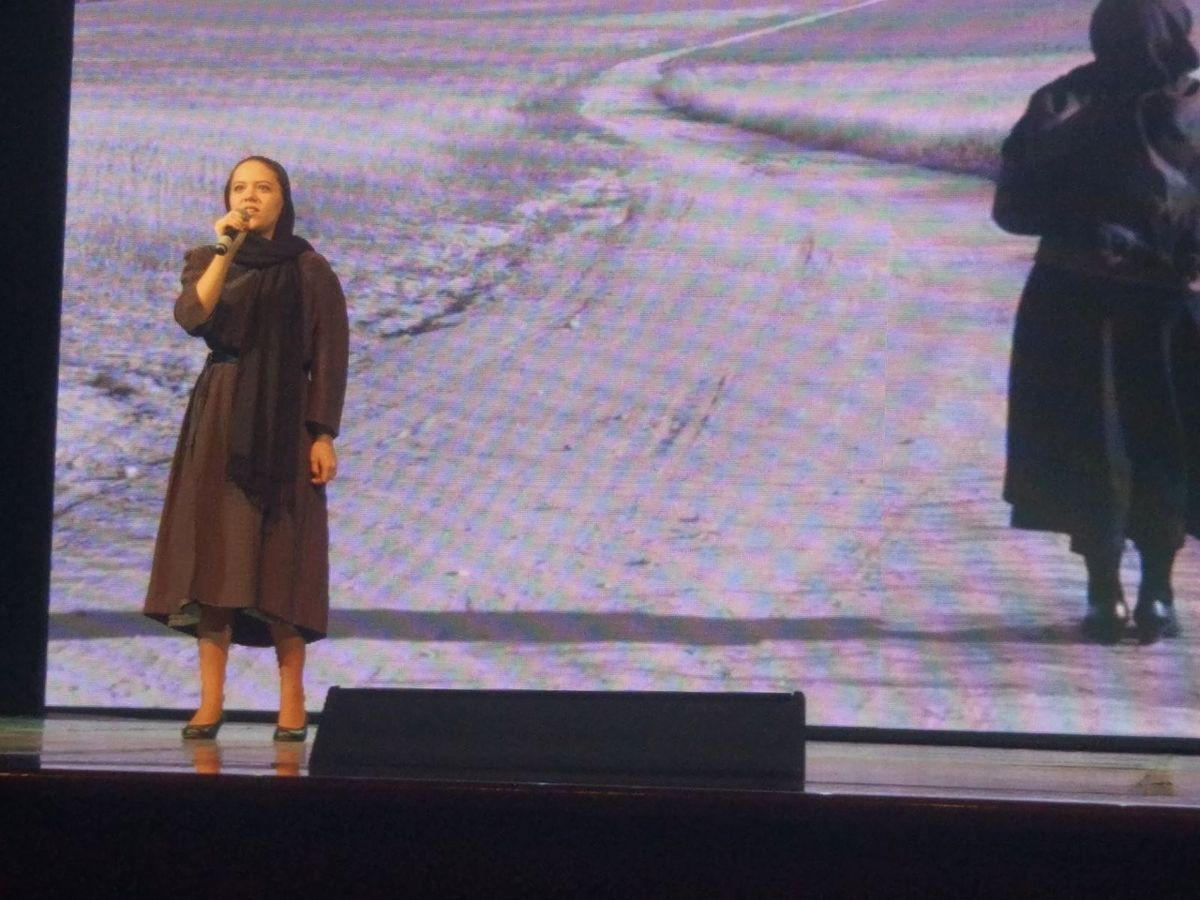 Алина Гутько выступает с «Балладой о матери». Фото предоставлено Дарьей Шимонец