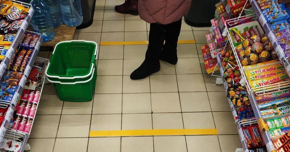 В магазинах Барановичей появились желтые линии, отделяющие покупателей друг от друга. Фотофакт