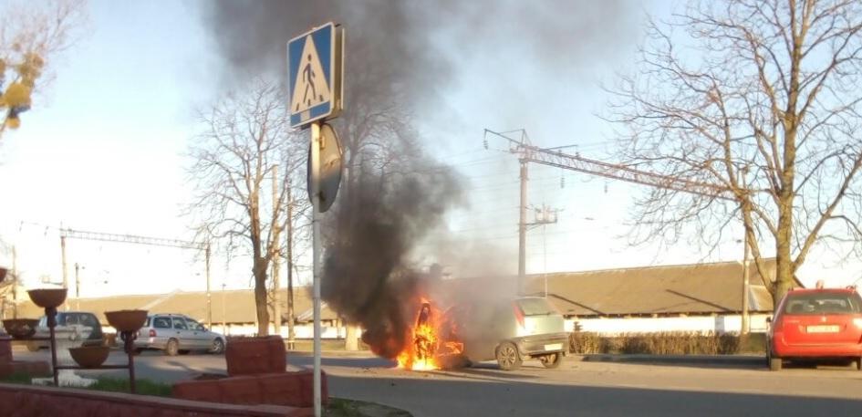 Горела открытым пламенем. Легковушка полностью сгорела в Ивацевичах. Видеофакт