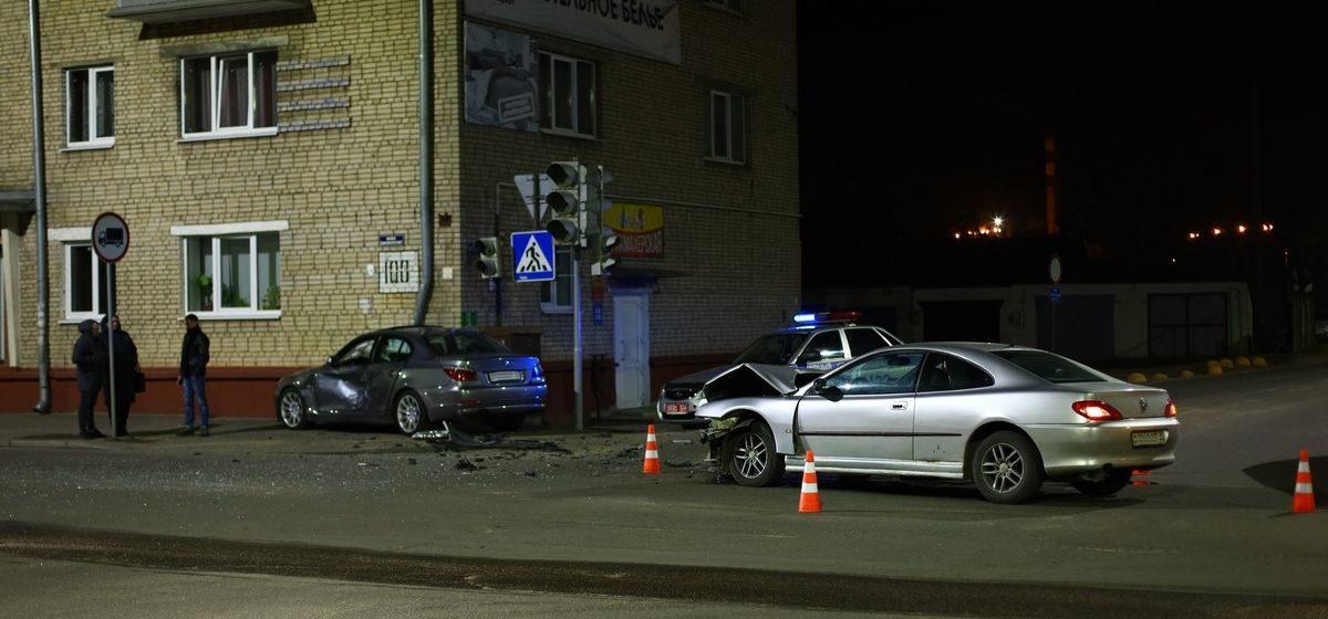 О подробностях ДТП, где «БМВ» столкнулся с «Пежо» и влетел в многоэтажку, рассказала Барановичская ГАИ