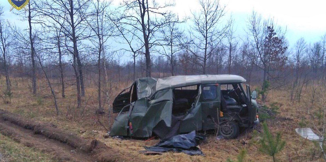 На Гомельщине УАЗ вылетел в кювет и перевернулся: один человек погиб, два — в больнице