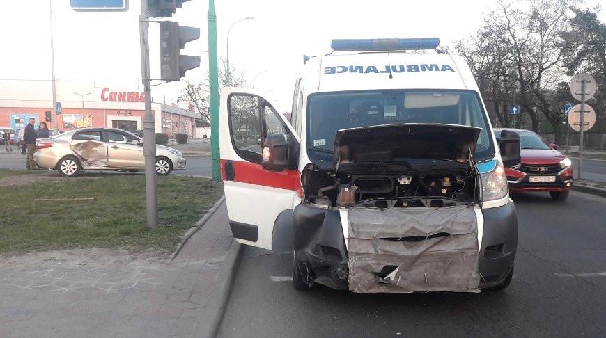 Скорая влетела в легковушку в Бресте – пострадал один человек