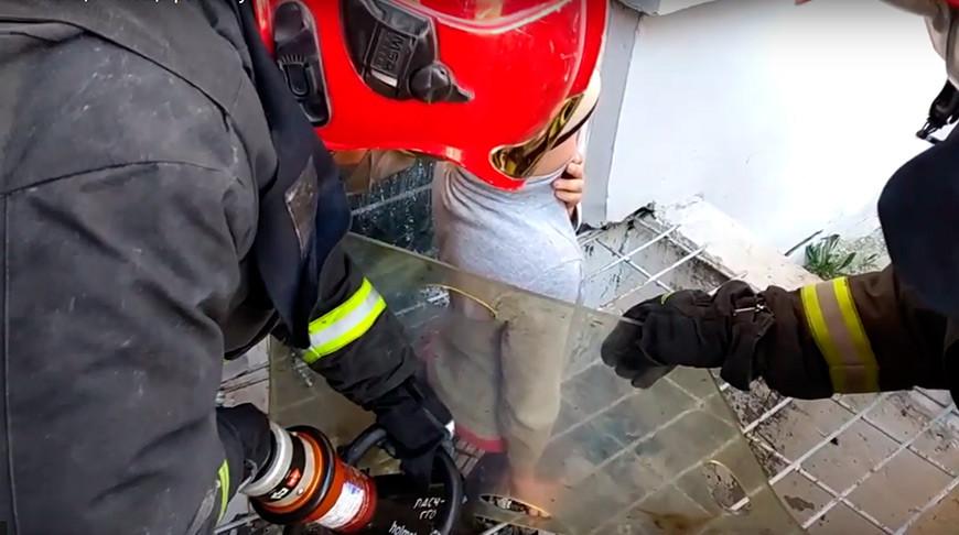 В Гомеле спасатели помогли школьнику освободить застрявшую в решетке ногу. Видео