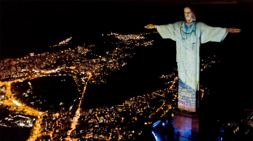 В Бразилии статую Христа-Искупителя «одели» в халат врача. Фотофакт